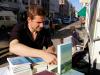 06/2010:  Stefan Mayr bereitet die Kiosk-Lesung in Altona vor